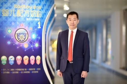 """三元奶粉吴松航荣获2017中国孕婴童""""卓越领袖人物""""殊荣"""