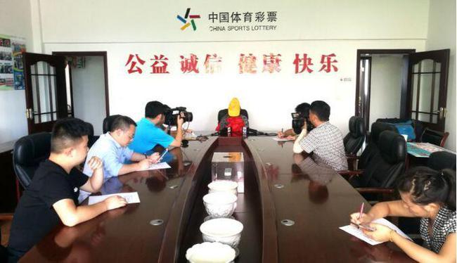 PK10官网做生意欠外债 女子中500万称终于能还清债务(图)
