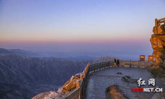 雪后初霁,被冰封的南岳衡山风景区在阳光的照耀下格外迷人.