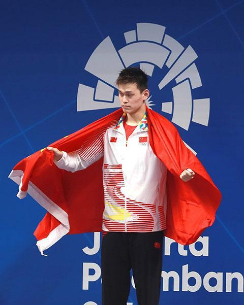 孙杨800米自夺冠领奖服再惹争议:用国旗挡品牌LOGO