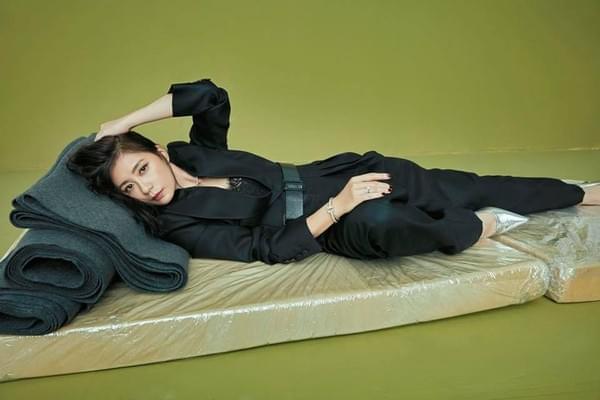 贾静雯躺床垫上性感撩人:姐也是专业演员