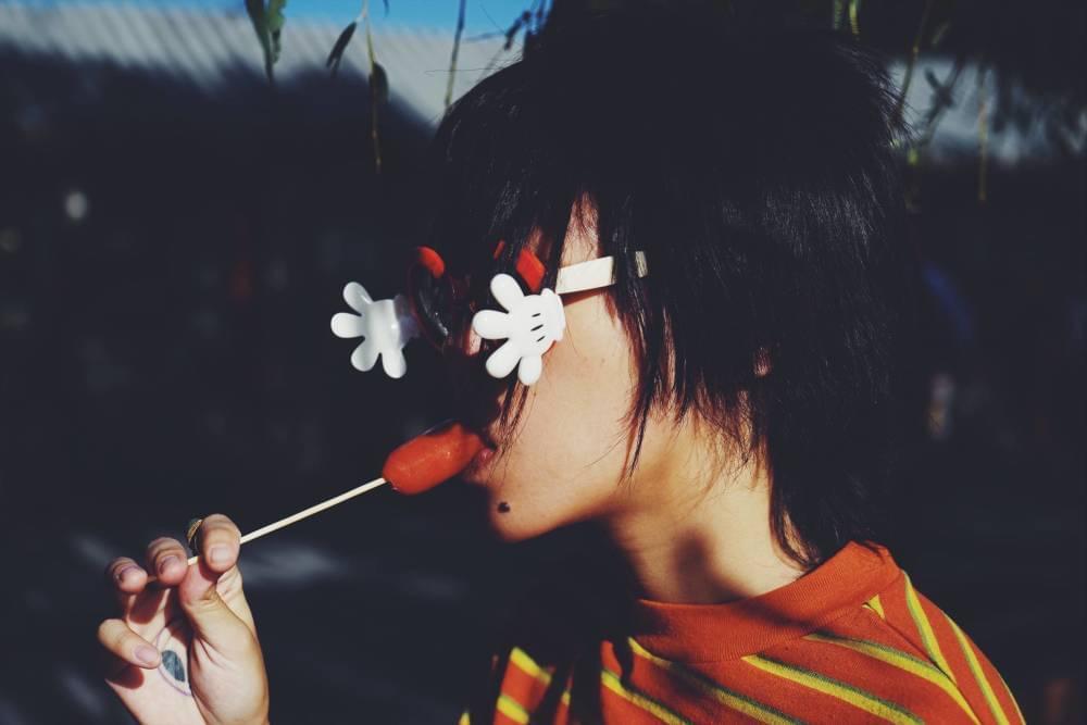窦靖童懒理新专辑封面热议 戴儿童眼镜外出游玩