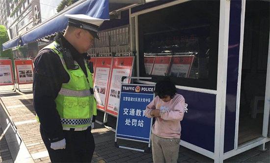 7岁女童与母走散 警方凭其手机里照片联系到家人
