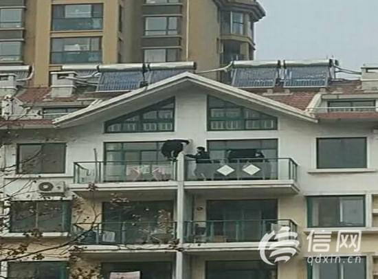 民警伸援手 攀阳台开锁解大妈燃眉之急