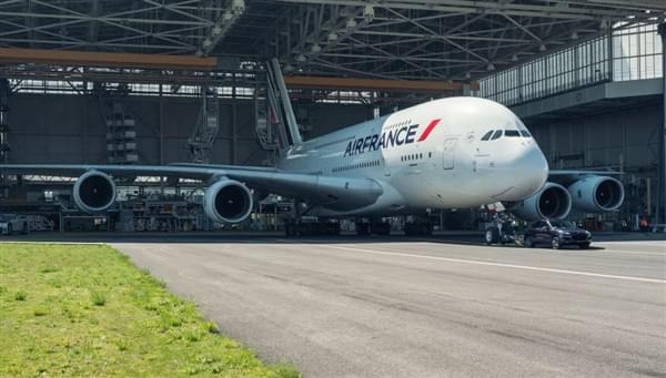 自重140倍 – 保时捷卡宴创世界新纪录拖出285吨空客A380的照片 - 4