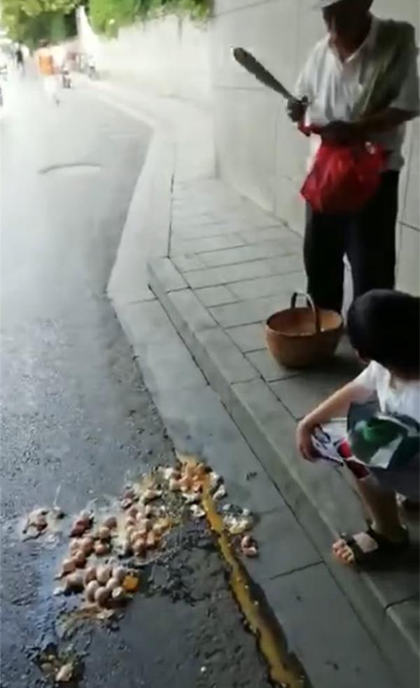 徐州街上卖蛋老人遭遇城管不文