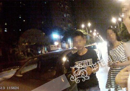 重庆新手女司机开车捡手机 连撞前方两台车