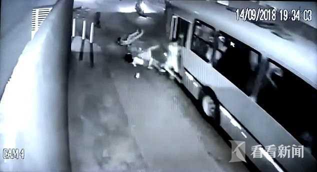 大巴车遭持刀抢劫 司机冒死减速开车门6名乘客跳车