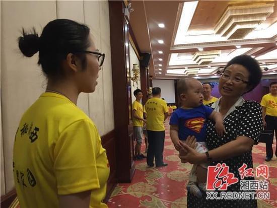 龙晓华慰问魅力中国城竞演团队并参与演讲彩排