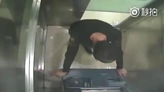 小伙砸ATM机后坐等警察来抓:想进看守所 远离尘世
