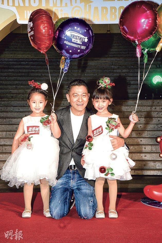 育有一女的刘德华看见现场的小妹妹特别开心,散发父爱。