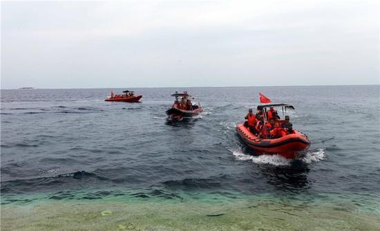 海上民兵乘冲锋舟海上巡逻。周晓刚摄。