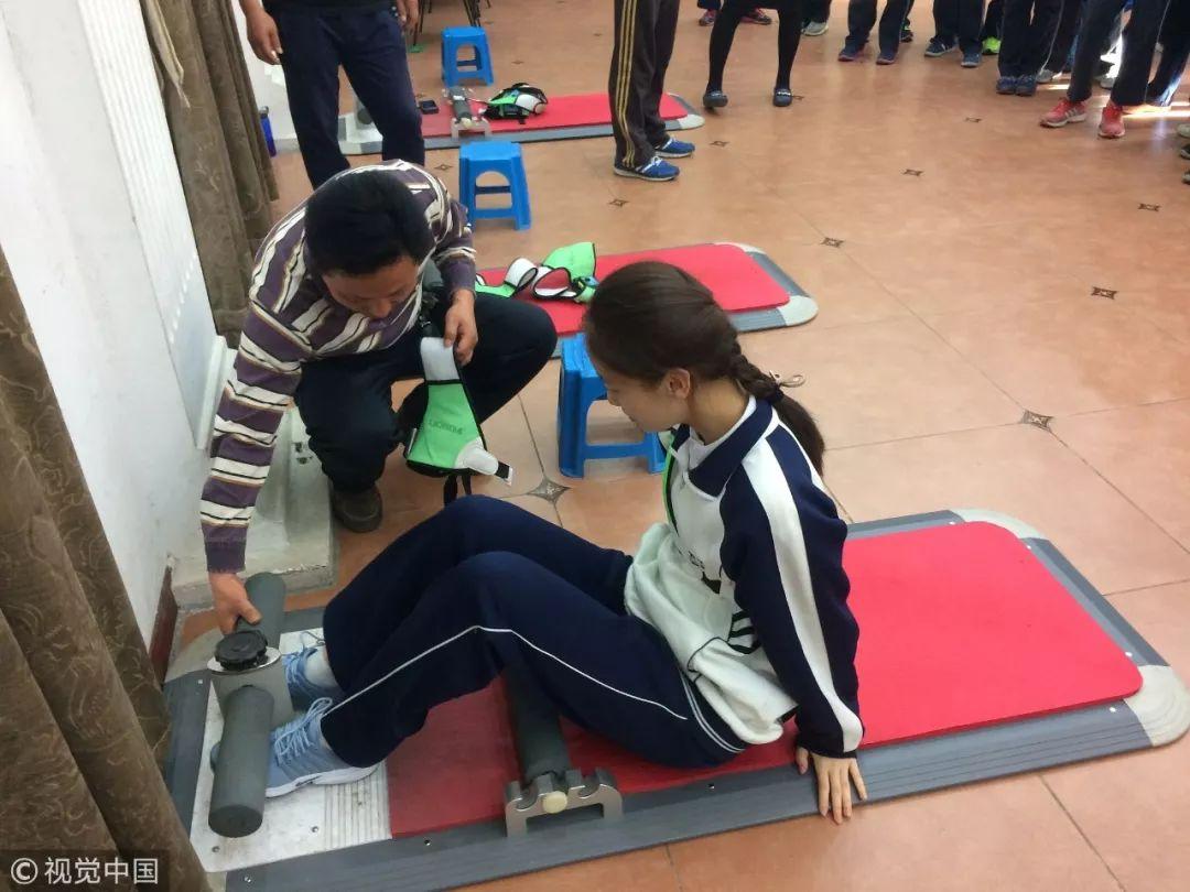 2017年5月2日,中考体育倒计时,北京四中初中部,厂家工作人员在给学生讲解仰卧起坐测试设备使用方法 / 视觉中国