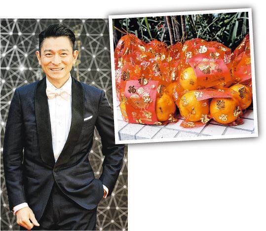 刘德华体贴地由公关向传媒送上一袋桔,寓意大吉大利