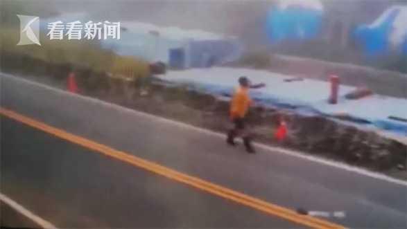 台湾脱轨列车翻车瞬间画面曝光 现场扬起阵阵尘土