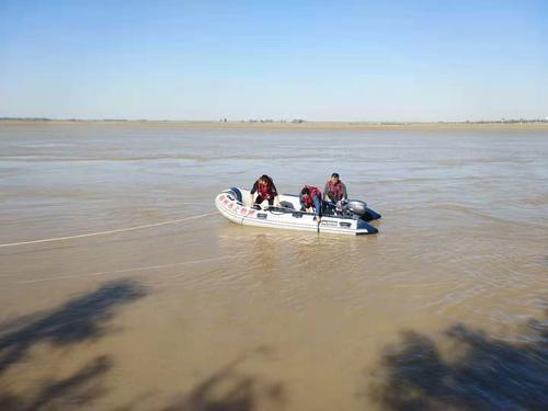 白色轿车冲入马渡黄河水域后沉没 车内人数不详
