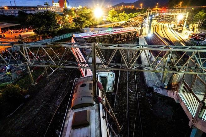 台湾一家族17人参加喜宴 遇火车脱轨致8死6伤