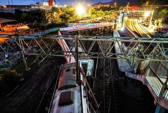 台湾列车脱轨死亡人数上升至22人 台湾列车脱轨事故已致18人死亡上百人受伤