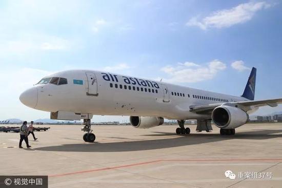 ▲2017年10月12日,福建厦门,哈萨克斯坦阿斯塔纳航空的一架波音757客机试飞现异常后安全降落在厦门机场。 图片来源:视觉中国