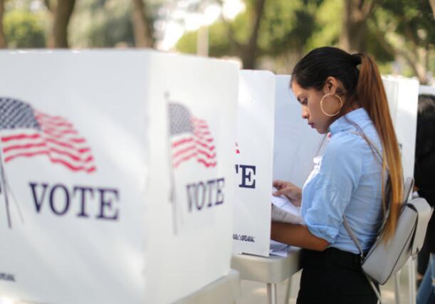 美中期选举最新民调:民主党优势虽减 仍领先8%