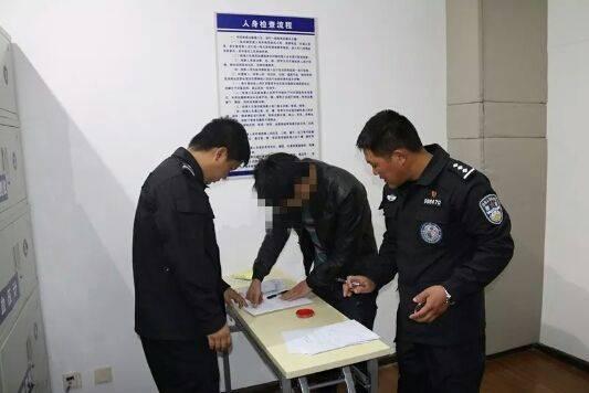 涉事导游被行拘。