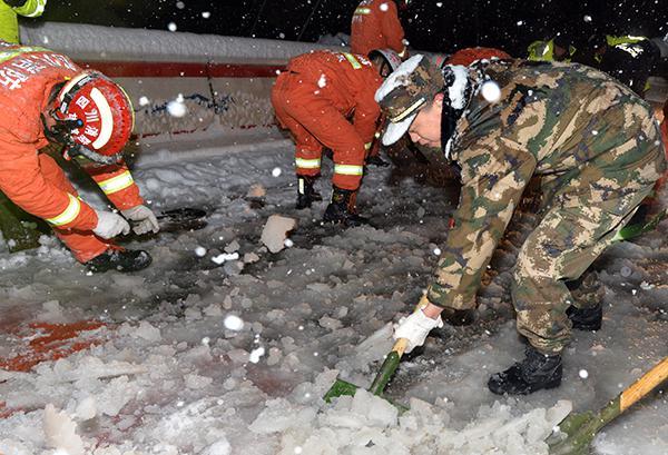 四川折多山大雪近千辆车滞留 涉事道路已禁止通行