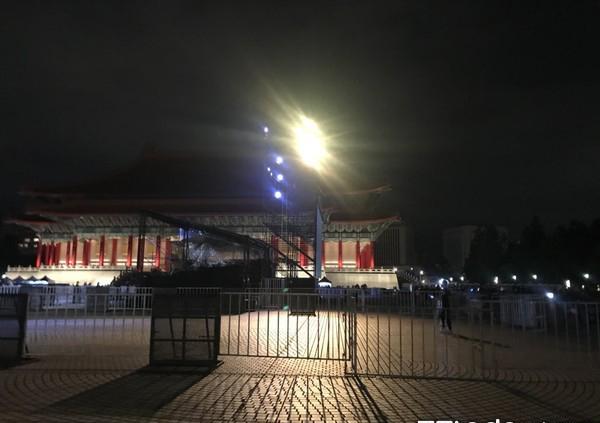 S.  H.  E十七周年演唱会结束. 粉丝自觉留下清理