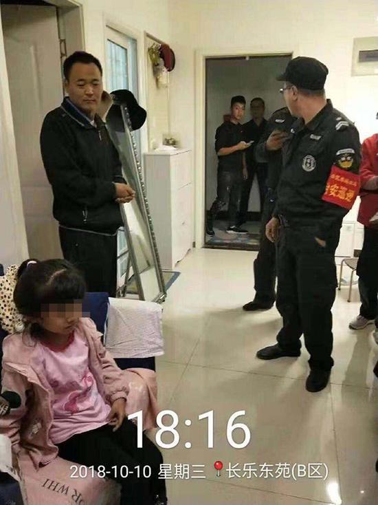 女童喊救命 男子徒手攀爬阳台将其救回