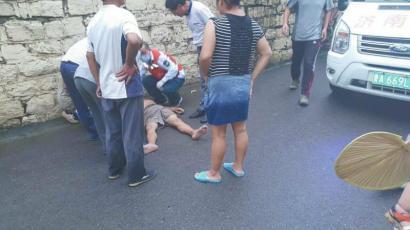 巴中90后女护士济南街头跪地急救摔伤者