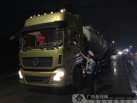 """钦州:交警严惩货车夜间""""野蛮灯光""""(图)"""