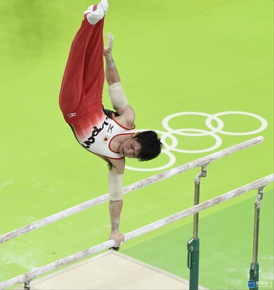 内村航平在男子体操个人全能决赛双杠项目比赛中。新华社记者戚恒摄