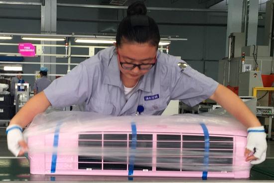 7月14日,在海尔空调胶州互联工厂,工作人员在生产定制空调。新华社记者 张旭东摄