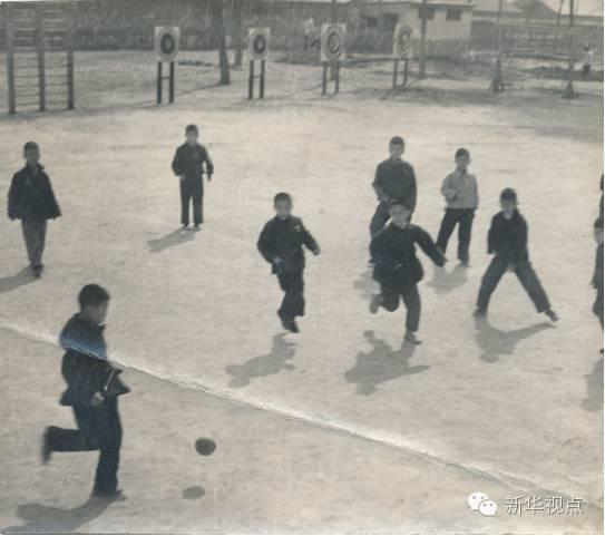 当年学生们在操场踢球(八一学校供图)