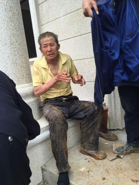 工地沉井坍塌民工被埋 公安消防徒手将其刨出
