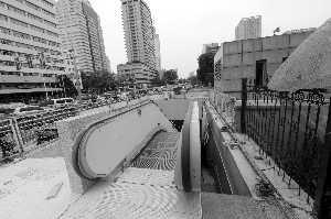 4号线云南路站出口刚建好即拆 称整改施工