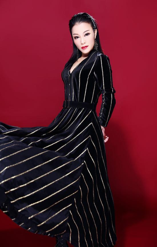 据悉,内地著名女歌手王斐,日前正式将自己的艺名更改为沐雅淇淇,重新