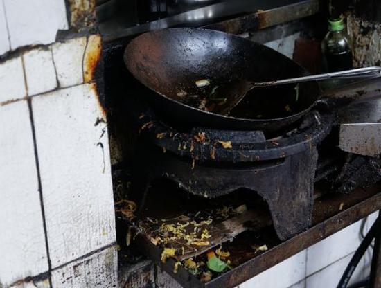 上海黄浦区政协暗访名小吃后厨:垃圾桶不加盖,辣酱桶放地上