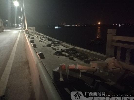 挖沙船撞坏跨海大桥护栏 桥面近20米护栏损毁(图)