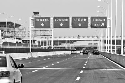 走迎宾高架桥可直达T2航站楼