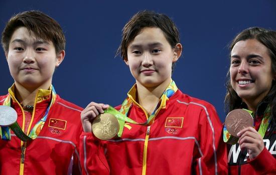 8月18日,中国选手任茜和司雅杰包揽2016年里约奥运会女子10米台金银牌。图为任茜(中)和司雅杰在领奖台上。新华社发