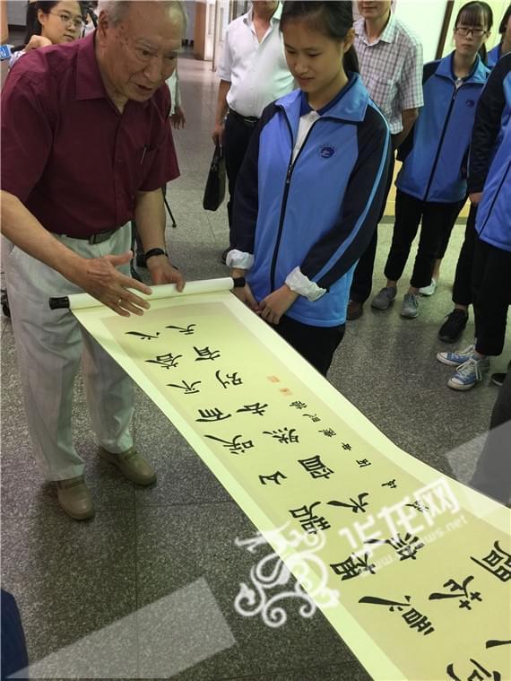 重庆实验中学为耄耋校友书法家吴守昕设立书法展厅