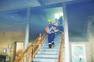 消防冲进火场救出老人孩子