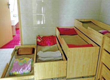 幼儿园让孩子睡衣帽间午休 校方:没条件装风扇