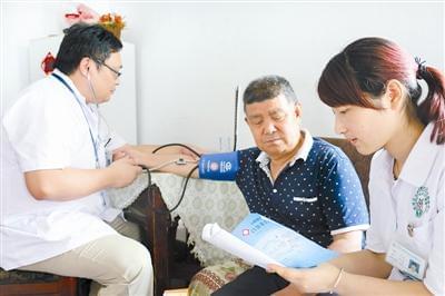 家庭医生上门为居民检查身体。本报记者