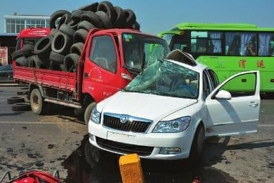 4S店店员驾未挂牌新车撞大货车 致两人死亡