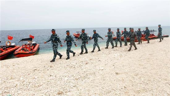 在鸭公岛上巡逻。周晓刚摄。