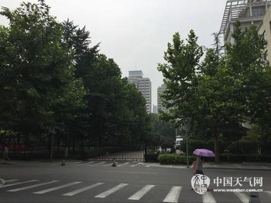 24日白天,北京天气闷热。(刘文静