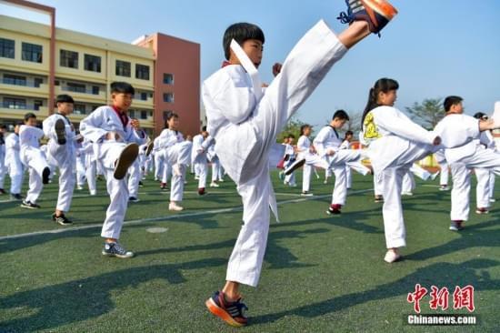 海口千名学生集体打跆拳道 诵读国学经典
