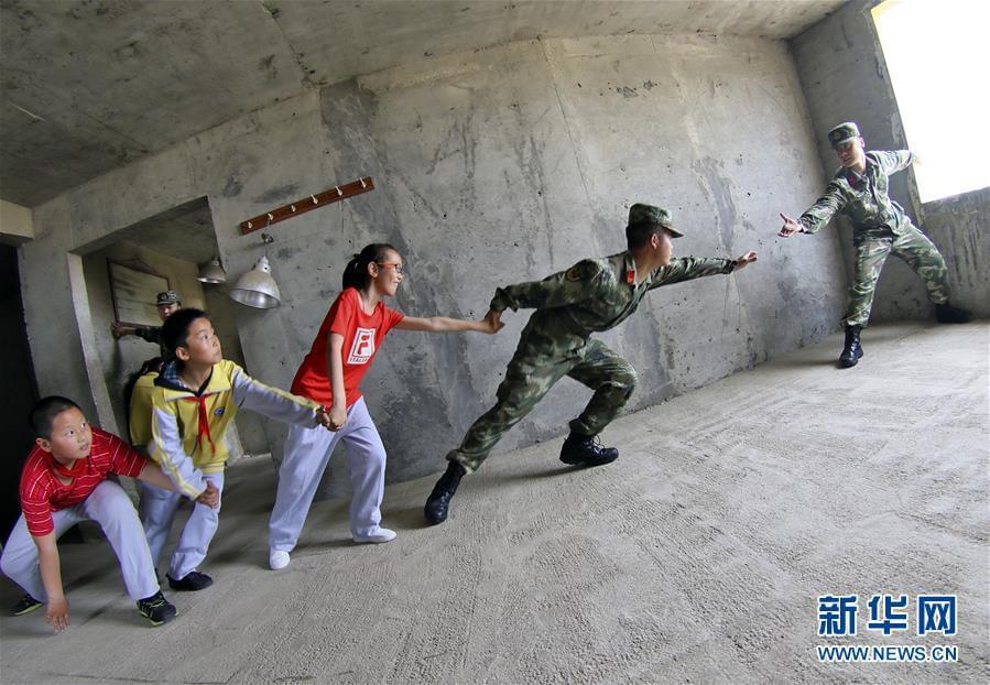 """#(社会)(3)体验""""地震"""" 学习逃生"""