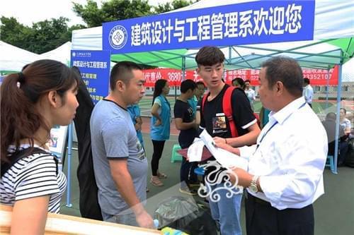 重庆能源职业学院开学放大招 20多位教授坐镇新生咨询中心